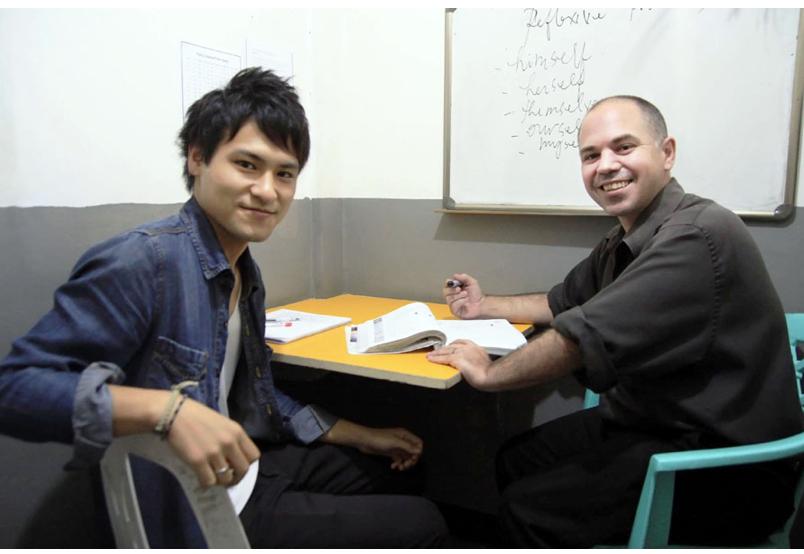 nên tuyển dụng giáo viên bản ngữ hay thuê công ty chuyên cung cấp GVBN