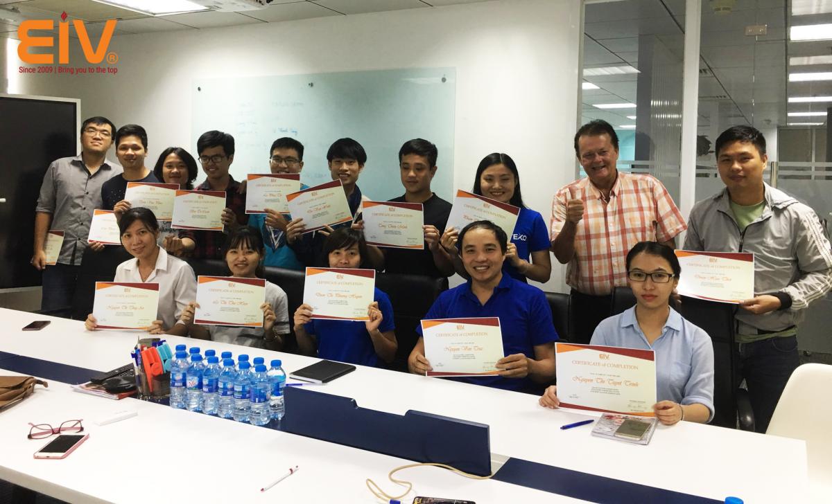 Trao bằng kết thúc khóa học lớp doanh nghiệp TEKO Hồ Chí Minh